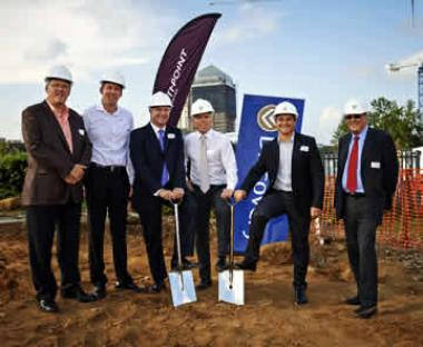 Standing Left to Right: Rudolf Pienaar – Growthpoint; James Tannenberger – Zenprop Property Holdings; Estienne de Klerk – Growthpoint; Adrian Gore – Discovery; Barry Swartzberg – Discovery and John Robertson – Discovery.