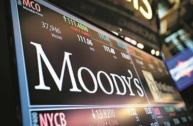 Moody's Investors Service has downgraded South Africa's credit rating below investment grade.