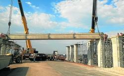 Engineers have begun placing the 70-ton pre-cast concrete beams that make up the new N2 bridge. The bridge is part of the R300-million Baywest road network in Port Elizabeth's western suburb